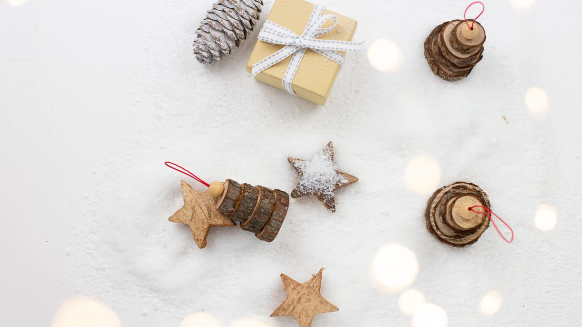Tannenbaumanhänger aus Holzscheiben basteln – Einfache DIY Weihnachtsdekoration