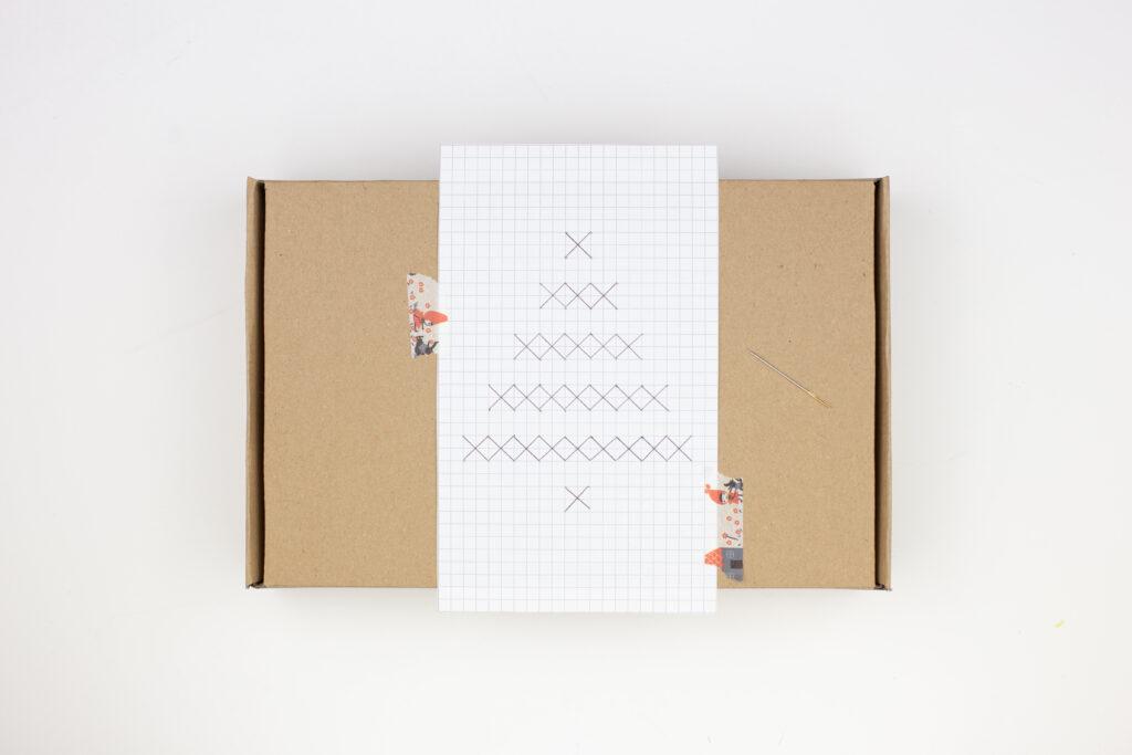 Weihnachtsgeschenke originell verpacken - DIY Geschenkboxen mit Kreuzstichmuster