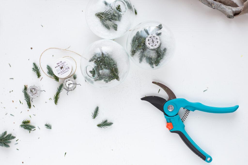 Weihnachtsdeko selbst machen - DIY Baumschmuck aus Glas mit Zweigen