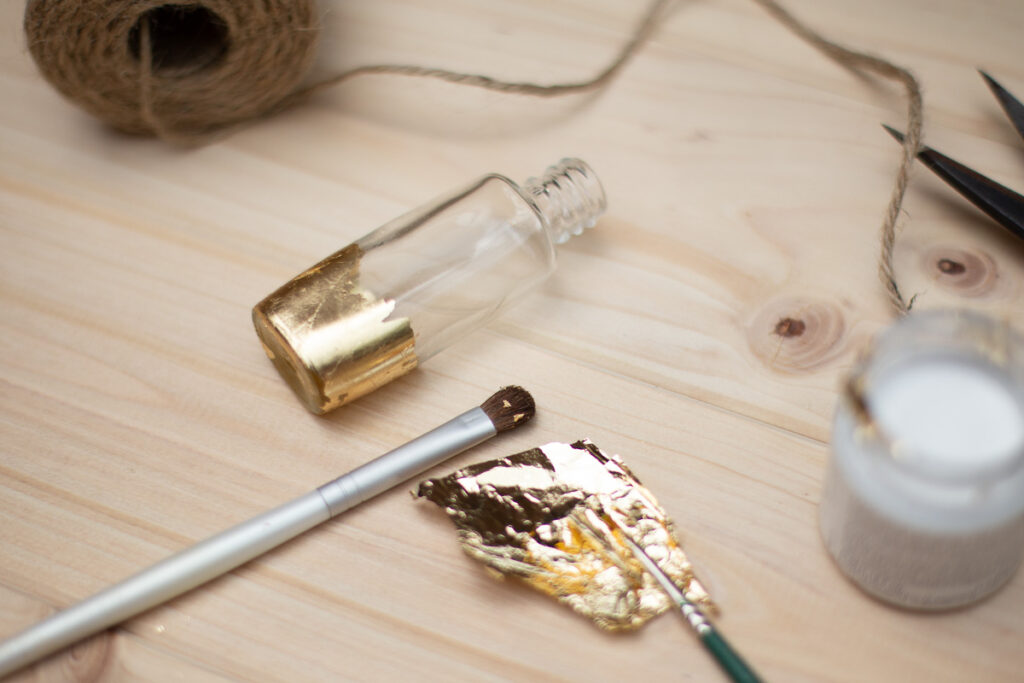 DIY Mini Vasen mit Blattgold - DIY Upcycling Tischdekoration
