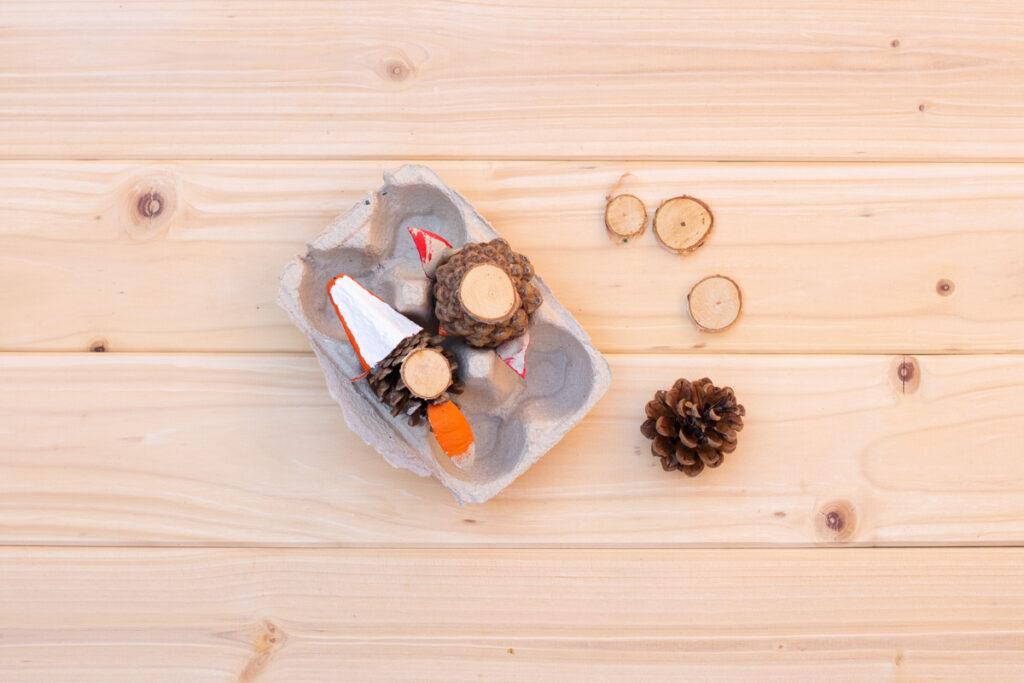 Kreatives Basteln mit Kindern im Herbst - DIY Waldtiere aus Zapfen und Eierkarton