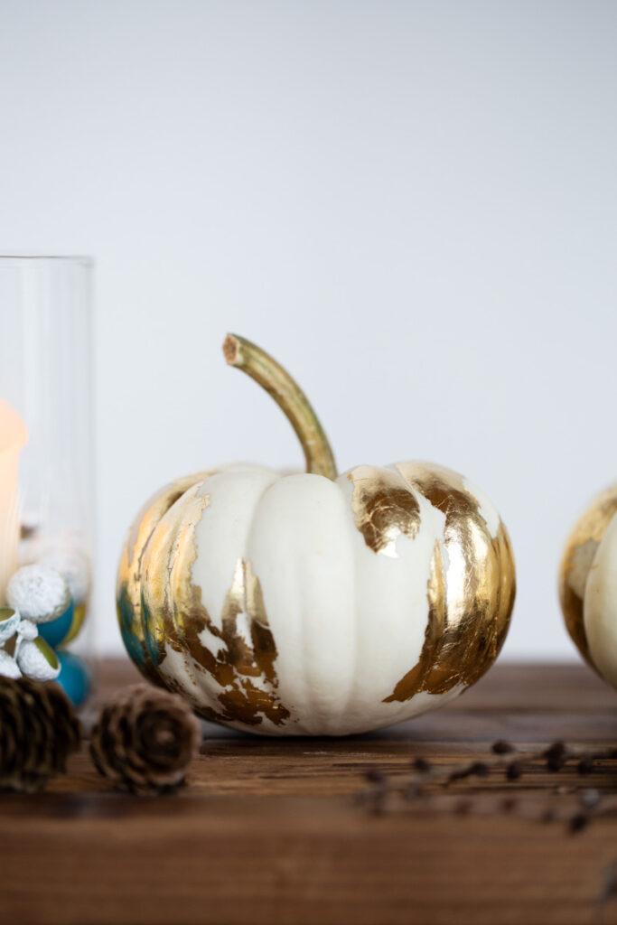 Goldige Herbstdeko - DIY Deko Kürbis mit Blattgold verzieren
