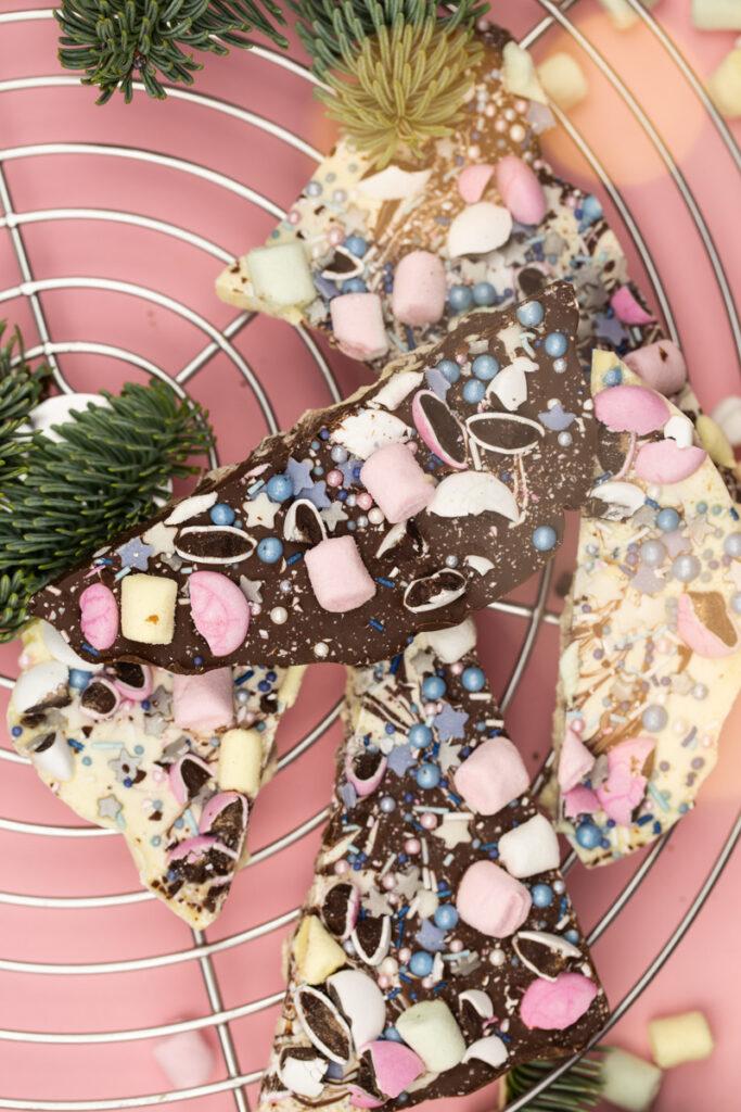 Schokolade selber machen zum Verschenken - Süße DIY Geschenkidee zu Weihnachten