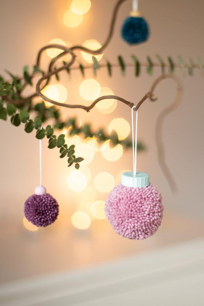 DIY Baumschmuck aus Pompoms basteln zu Weihnachten