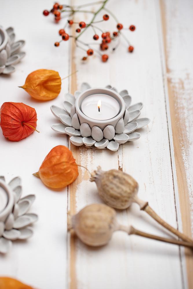 Leuchtende Herbstdeko aus Pistazienschalen basteln