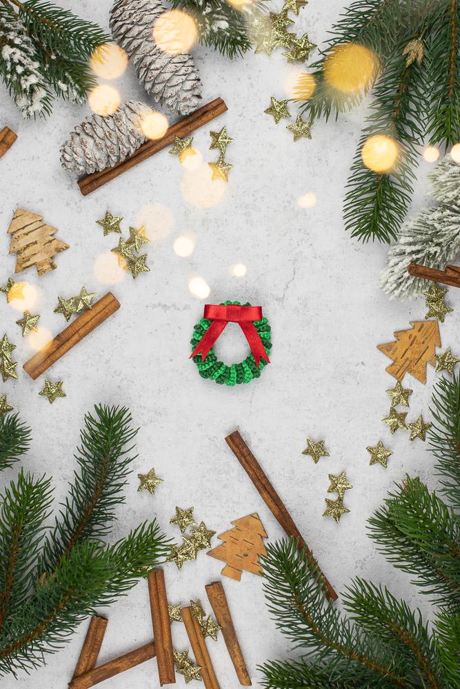 DIY Adventskranz häkeln - Anleitung für Anfänger. Einen Weihnachtskranz selber machen aus Wolle.