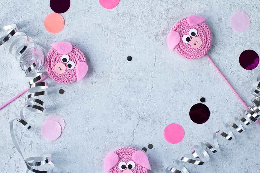 DIY Glücksschweine aus Wolle basteln mit der Strickliesel