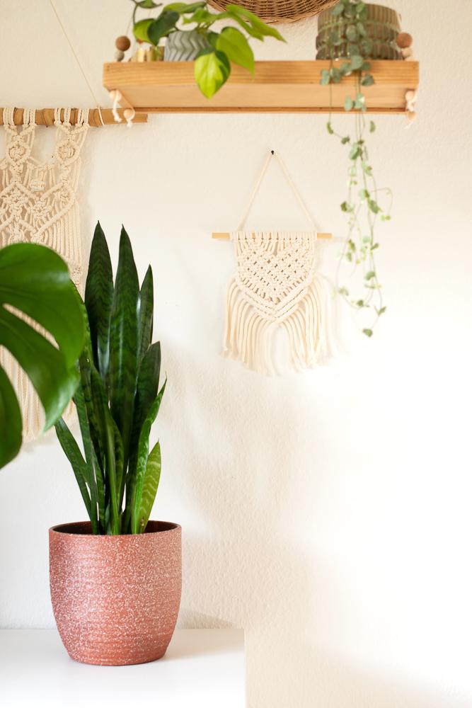 DIY Makramee Wandbehang selber machen. Wandbehang mit Herz als Boho Deko zum Valentinstag. Geschenkidee zum Muttertag.