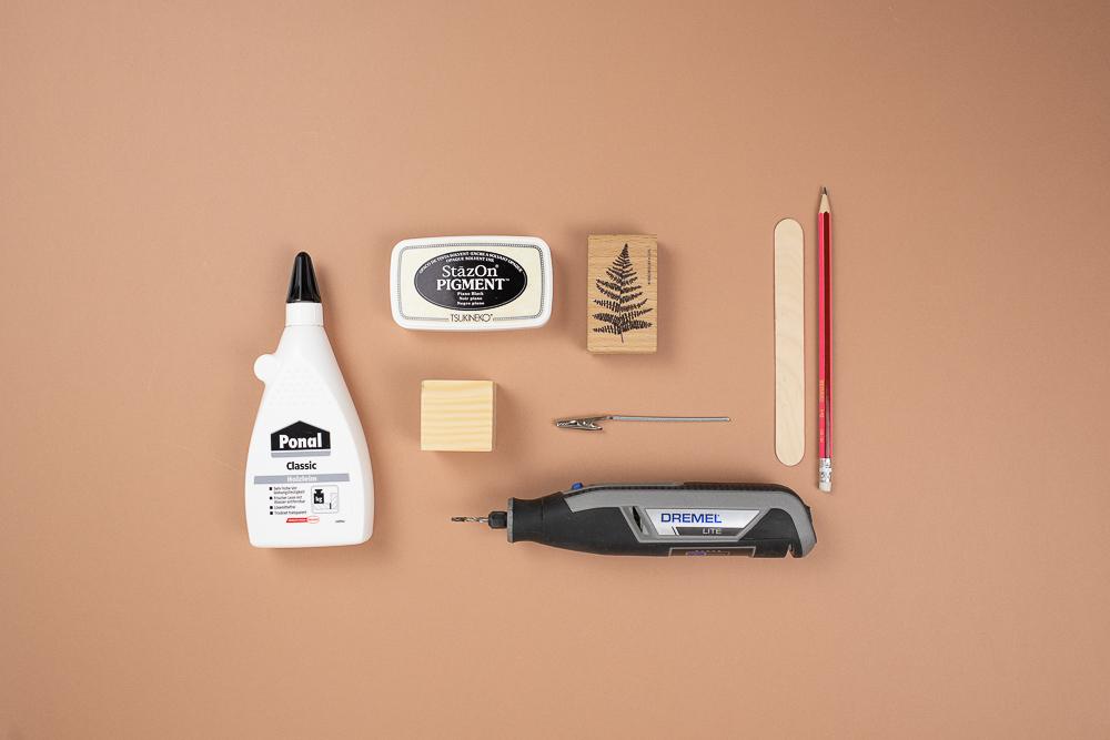 DIY Fotohalter aus Holz selber machen. Botanischer Fotohalter mit Farnmotiv.