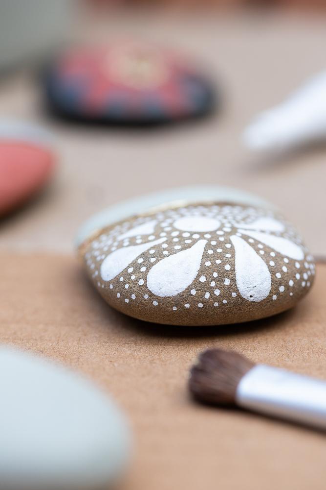 DIY: Steine bemalen mit Kreidefarbe und Blattgold